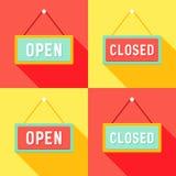 Gelbe rote cyan-blaue offene und geschlossene Zeichen eingestellt Stockfotos