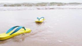 Gelbe Sandale auf Hintergrund des sandigen Strandes stock video footage