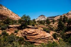 Gelbe Sandsteinklippen und blauer Himmel in Zion National Park, Utah, USA Lizenzfreie Stockfotos