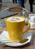 Gelbe Schale Cappuccino Stockfotografie