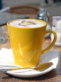 Gelbe Schale Cappuccino Stockfoto
