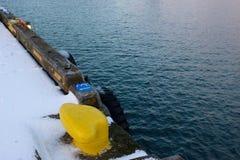 Gelbe Schiffs-Schnürung kontrastiert das Wasser Stockfotos