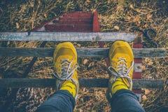 Gelbe Schuhe und gelbe Socken Lizenzfreie Stockfotos