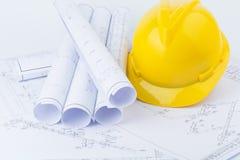 Gelbe Schutzhelm- und Planzeichnung Stockbilder