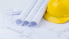 Gelbe Schutzhelm- und Planzeichnung Stockfoto