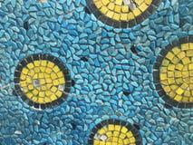 Gelbe, schwarze und blaue Stücke der quadratischen Fliese geschaffen als überraschendes Muster stockfotos