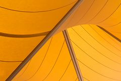Gelbe Segel, die schattigen Bereich bereitstellen Stockbilder