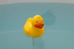 Gelbe Spielzeugente im Bad mit Lizenzfreies Stockfoto