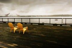 Gelbe Stühle auf Pier 62 Lizenzfreie Stockbilder