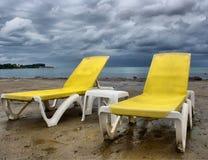 Gelbe Stühle auf Strand Stockbild