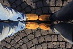 Gelbe Stiefel auf der Straße Stockfoto