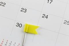Gelbe Stifte setzten auf den Kalender neben der Zahl von thirt Lizenzfreie Stockfotos
