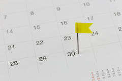 Gelbe Stifte zu den Wildkatzen auf dem Kalender neben dem Zahlende von Stockbild