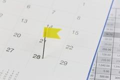 Gelbe Stifte zu den Wildkatzen auf dem Kalender neben der Zahl von twe Lizenzfreie Stockfotos
