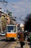 Gelbe Straßenbahntramlaufkatze mit Pendlern in zentraler Sofia Bulgaria Lizenzfreie Stockbilder