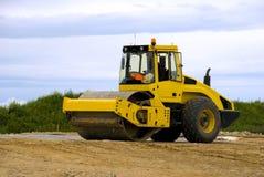 Gelbe Straßenrolle bei der Arbeit Lizenzfreies Stockbild