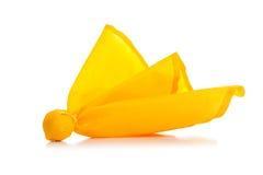 Gelbe Strafmarkierungsfahne auf einem weißen Hintergrund Lizenzfreies Stockfoto
