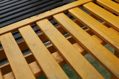 Gelbe Streifen des Holzes im Park im Schieber herauf Seite Stockfotografie