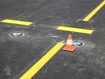 Gelbe Streifen und Verkehrskegel Stockfotos