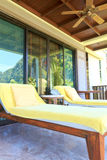 Gelbe sunbeds auf dem Balkonraum Stockfotos