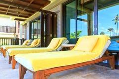 Gelbe sunbeds auf dem Balkonraum Stockbild