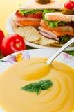 Gelbe Suppe und Sandwich Lizenzfreie Stockfotos