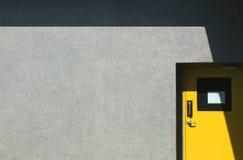 Gelbe Tür in der Fabrik Stockfoto