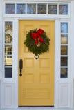 Gelbe Tür mit Wreath Stockfotografie