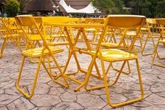 Gelbe Tabellen und Platz der Stühle im Freien Lizenzfreie Stockfotografie