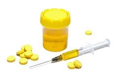 Gelbe Tabletten, Impfstoff und Spritze mit Impfstoff der gelben Farbe Stockfotografie