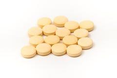 Gelbe Tabletten mit dem weißen Hintergrund Lizenzfreies Stockbild