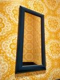 Gelbe Tapeten und Spiegel Stockbilder