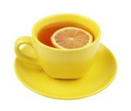 Gelbe Tasse Tee mit Zitrone Stockbild
