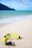 Gelbe Tauchensschablone auf dem Strand Stockbild