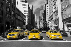 Gelbe Taxis an der Kreuzung im April 2017 New York, USA Stockfotografie