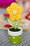 Gelbe Textilspielzeugblume im Blumentopf Lizenzfreies Stockbild