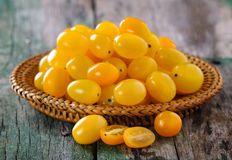 Gelbe Tomate auf Holztisch stockfoto