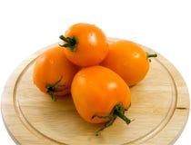 Gelbe Tomaten mit Tropfen des Wassers Stockfotografie