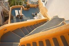 Gelbe traditionelle Fira-Terrasse bei Santorini, Griechenland Stockbilder