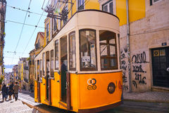 Gelbe Tram in Bairo Alto Lisbon Portugal Stockfotos