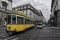 Gelbe Tram durch die Schwarzweiss-Straßen der Stadt von Mailand, Italien stockbilder