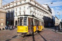 Gelbe Tram mit Passagieren, Mailand, Italien Lizenzfreie Stockfotografie