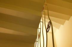 Gelbe Treppe in einem alten Hotel lizenzfreie stockbilder