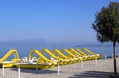 Gelbe Tretboote mit Dia am Strand von See Garda, Italien Lizenzfreies Stockbild