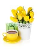 Gelbe Tulpen, Teecup und Geschenkbox Lizenzfreie Stockfotos