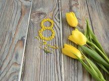 Gelbe Tulpen und die Tabelle acht Lizenzfreie Stockfotos
