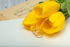 Gelbe Tulpen und Eheringe Lizenzfreies Stockfoto