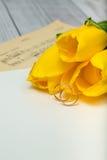 Gelbe Tulpen und Eheringe Lizenzfreie Stockbilder