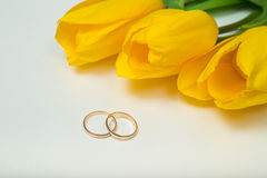 Gelbe Tulpen und Eheringe Lizenzfreie Stockfotos