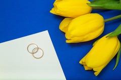 Gelbe Tulpen und Eheringe Stockfotos